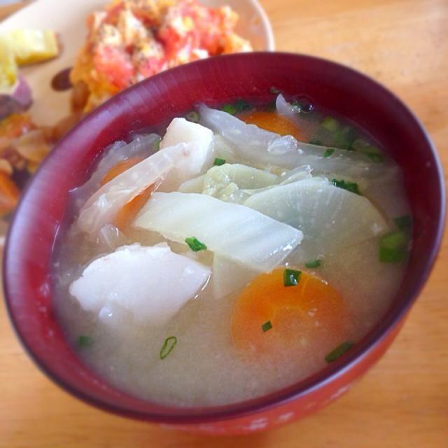 我が家のいつも具沢山にしちゃいます。 大根・人参・里芋・白菜  いつも美味しそうなお味噌汁をUPされている、まいりさん、食べ友お願いいたします(・ω・) - 45件のもぐもぐ - お味噌汁 by kawachi1225
