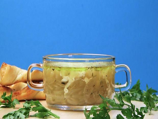 Zupa cebulowa jest piekielnie dobra. Diabeł tkwi jednak nie tylko w kuszącym smaku, ale też w krojeniu tego nieznośnego warzywa. My mamy na to swój sposób. Przed krojeniem załóż gogle i po kłopocie.     Składniki:    Etap pierwszy - robimy zupę:  1kg cebuli  3 łyżki oleju  75g masła  1 szklanka białego wina  1l bulionu (najlepiej wołowego)  1 szklanka tartego, żółtego sera  1 łyżka suszonego tymianku  sól  pieprz   Etap drugi - robimy zawijasy z ciasta drożdżowego:    1 opakowanie ciasta…