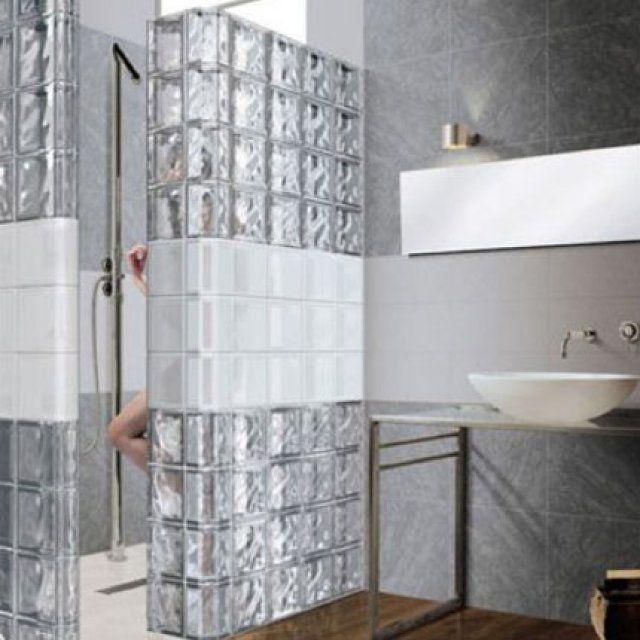 Une cloison en briques de verre pour une salle de bains lumineuse