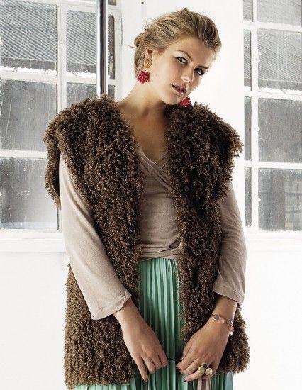 Zpod kožešinové vesty vykukuje sexy přiléhavé zavinovací tričko ze superměkkého, tenkého žerzeje. Díky elastičnosti materiálu a široké vázačce se dobře přizpůsobí postavě a ve spojení s dlouhou plisovanou sukní vytváří elegantní dvojici.