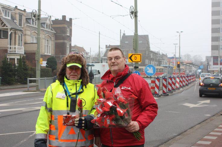 Rijswijkse PvdA bedankt erkeersregelaars Haagweg.  De grote waardering werd namens Erik van der Veer en Zacharia Sialiti voor de PvdA, uitgedeeld. Een chocoladeletter P–'PRIMA van de PvdA' en een rode roos werden als blijk van dank overhandigd. (13-12-2013) .