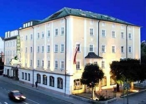 Achat Plaza Zum Hirschen Salzburg Hotel.  This four star Salzburg Hotel is located on Saint-Julien Street 21-23, Elisabeth-Vorstadt, Salzburg Austria.  This is a 4 stories hotel that has all equipped 62 rooms with the most up to date amenities. On