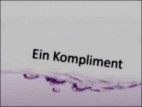 Hoy escuchamos una canción del grupo rock alemán – Sportfreunde Stiller. (der Sport – el deporte, die Freunde – los amigos) La canción se llama – ein Kompliment – un complimento. ¡Espero que os guste!