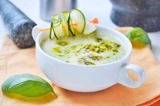 Ein #Highlight der #italienischen Küche selbst gekocht mit dem #Zucchinisuppen mit #Kräuterpesto Rezept.