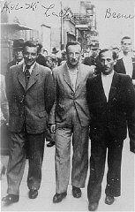 Tre partecipanti alla rivolta di Treblinka, che riuscirono a fuggire e sopravvivere alla guerra. Varsavia, Polonia, 1945.