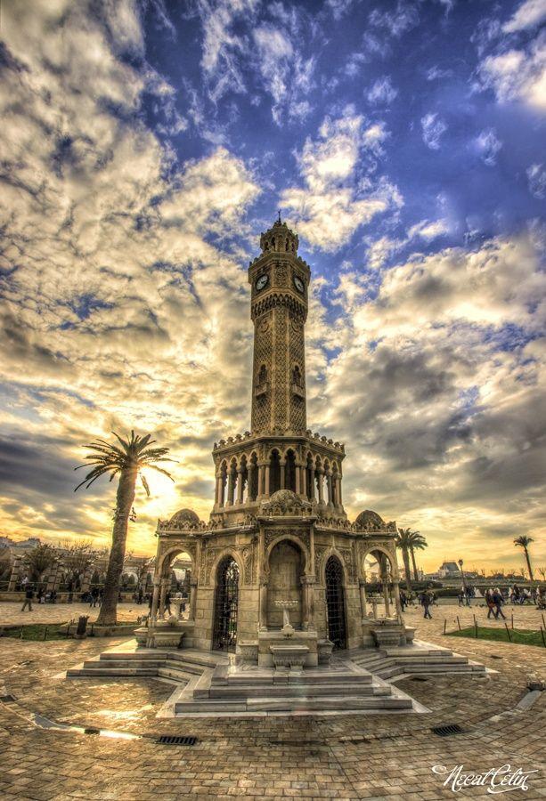 İzmir Saat Kulesi - Türkiye. İzmir, Anadolu'nun batı ucunda büyük bir metropoldür ve Türkiye'nin en kalabalık üçüncü kentidir.