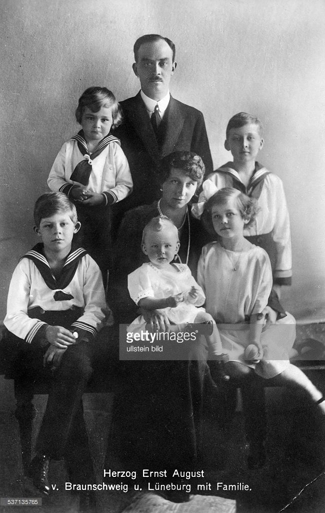 Hannover, Ernst August III of, Duke of Brunswick - Germany, (*17.11.1887-+) , - Portrait with his wife duchess Viktoria, Luise of Brunswick, and their sons, Ernst August, Georg Wilhelm, Christian, and Welf Heinrich as well as their Tochter, Friederike Luise, - undated, - , Vintage property of ullstein bild