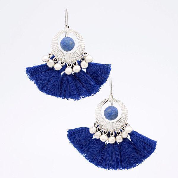 Une belle invitation aux voyages avec ces BO aux influences bohèmes.Elles sont ornées de perles de Lapis Lazuli givrées et de pompons qui apportent du volume et