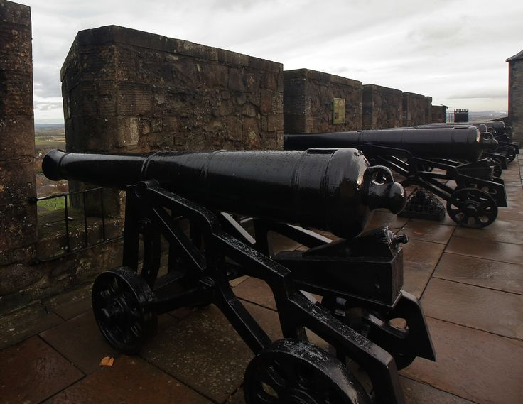"""EL VIAJERO MOTERO posted a photo:  El castillo de Stirling es un histórico castillo en la ciudad de Stirling, Escocia (Reino Unido). Fue construido en la cima de la """"colina del castillo"""" (the castle hill), un pico de origen volcánico, y se encuentra rodeado por tres de sus lados por acantilados cortados a pico. El castillo de Stirling está catalogado como Monumento Nacional, y su gestión ha sido en consecuencia confiada al organismo especializado Historic Scotland.  Acordaros que podéis…"""