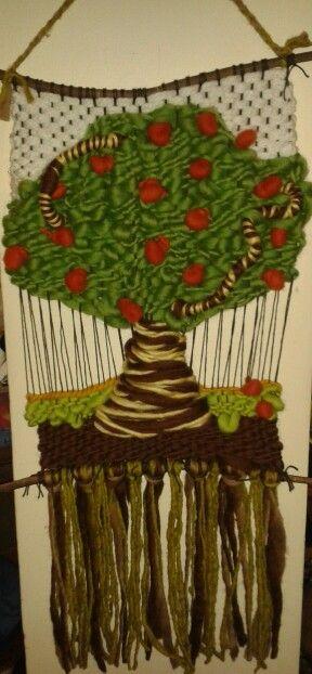 Telar decorativo en relieve con manzanas
