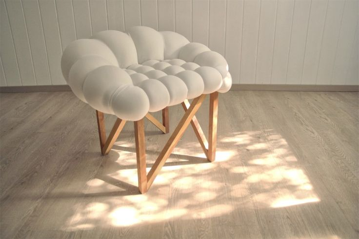 Snöbär / Yonder Magnetik Yonder Magnetik, studio de design serbe basé à Belgrade, vient de produire le fauteuil 'Snöbär'. Crée à partir d'un jeu de formes et de matériaux, le fauteuil possède une structure en chêne qui contraste avec une assise à l'apparence douce et enveloppante.