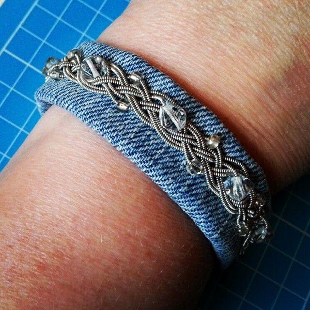 Armband. Jeans och tenntråd och pärlor.