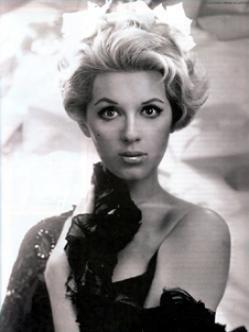 Teresa Velázquez (1942-1998) Fue una actriz, cantante, bailarina, modelo y presentadora mexicana, en donde es considerada todo un icono del cine mexicano de los años sesenta. Hermana de la también actriz Lorena Velázquez, su fama la llevo a trabajar en gran parte de Latinoamérica, España e Italia.