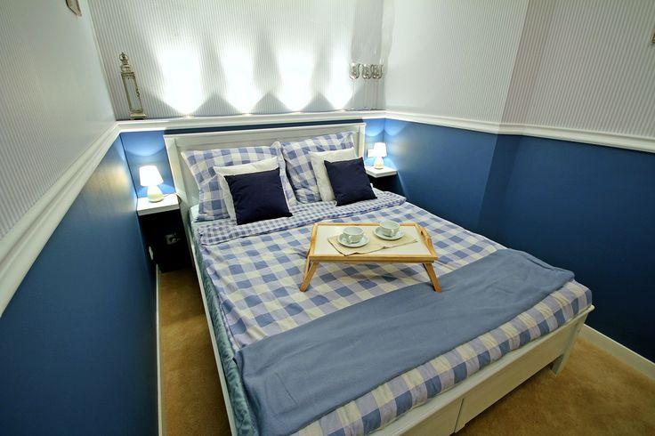 Nowoczesna sypialnia w bieli i błękicie