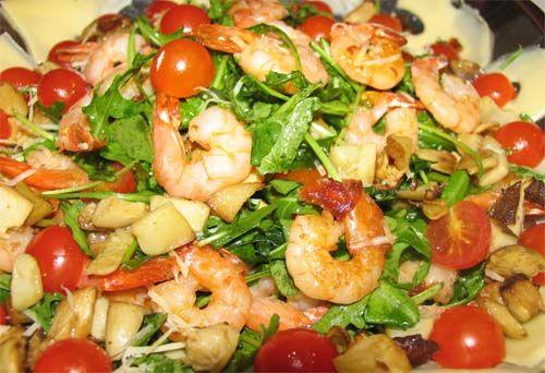 Салат с креветками и рукколой и икрой летучий рыбы