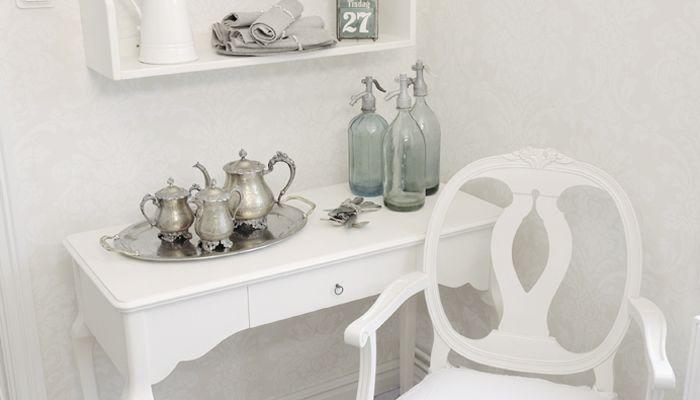 Inspiration till ditt vardagsrum med skrivbord, stol och tallrikshylla från Kallholmens lantliga möbelserie Rosgården.