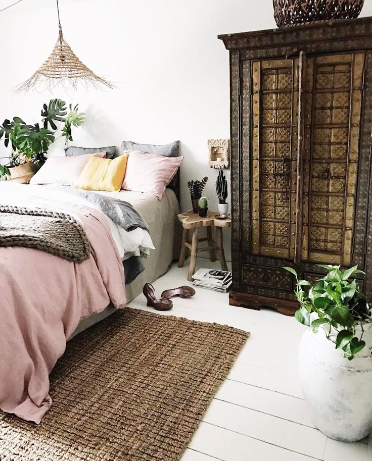 I love a beautiful and uncomplicated bedroom. The pink layered bedding, the painted wood-planked floors and that gorgeous intricate armoire are my jam. Thank you @apartmentf15 for sharing your #currentdesignsituation with @bohobylauren, @meneses, @colbytice, @ballandclawvintage and myself. Can't wait to see what we find next week!!