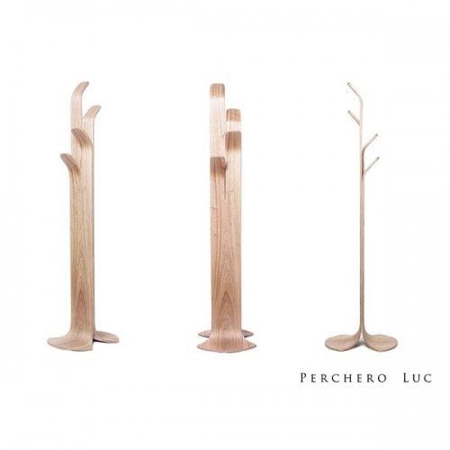 Perchero de pie, madera contrachada curvado. Material: madera paraiso. Medidas: 170 cm de largo, Base: 42 cm x 42 cm
