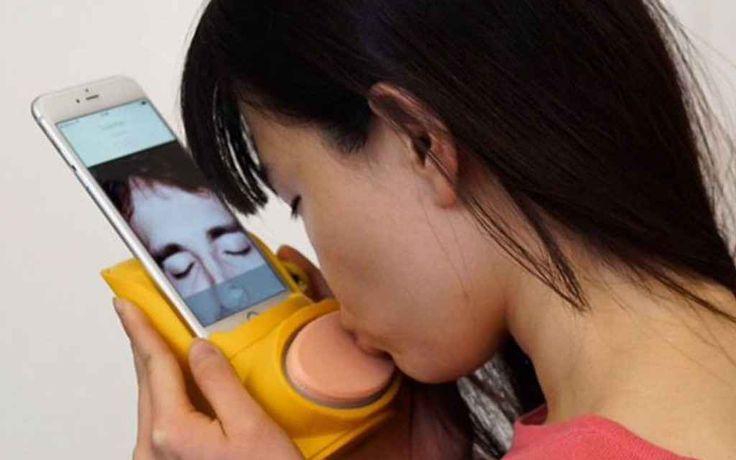 Si chiama Kissenger è il simulatore di baci da smartphone per le relazioni a distanza Avete una relazione a distanza? Vi mancano i baci della nonna che vive a centinaia di chilometri da voi? Soffrite di carenza d'affetto generica? Bene, da oggi c'è un rimedio a tutto questo, e si chia #simulatoredibaci #smartphone
