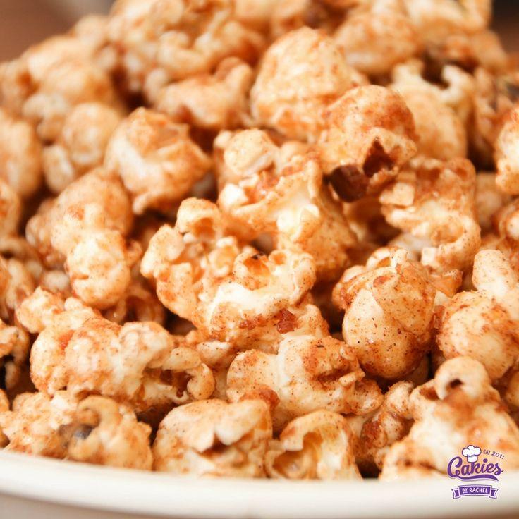 Deze kaneel en suiker popcorn is zo lekker dat je niet zal kunnen stoppen met eten. Het is verslavend lekker!