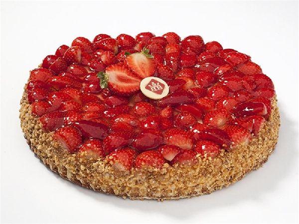 Biscuit Aardbeien 26Cm. Een biscuitbodem gevuld met zwitserse room, hierop  verse hollandse aardbeien en licht afgegeleerd. #biscuit #aardbeien #room #vlaai