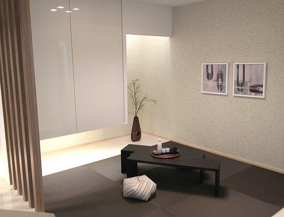 広く見える効果  床の間を設け、さらに吊押入れとして床面を繋げて広げることで空間を広く見せます。インテリアコーディネート 和室
