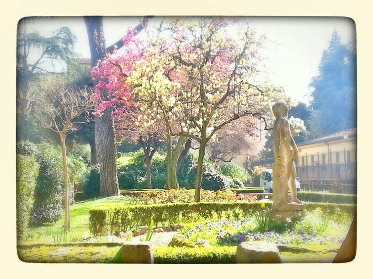 Scorci di primavera nel giardino del museo archeologico di Firenze