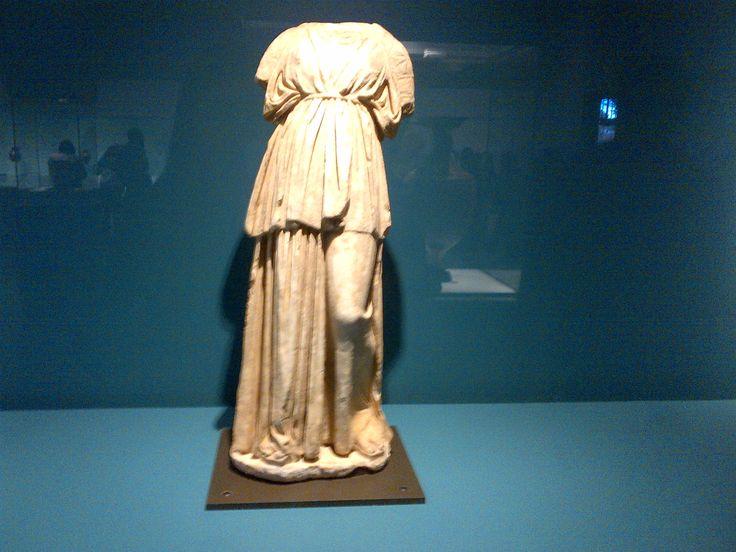 estatua funeraria de joven mujer