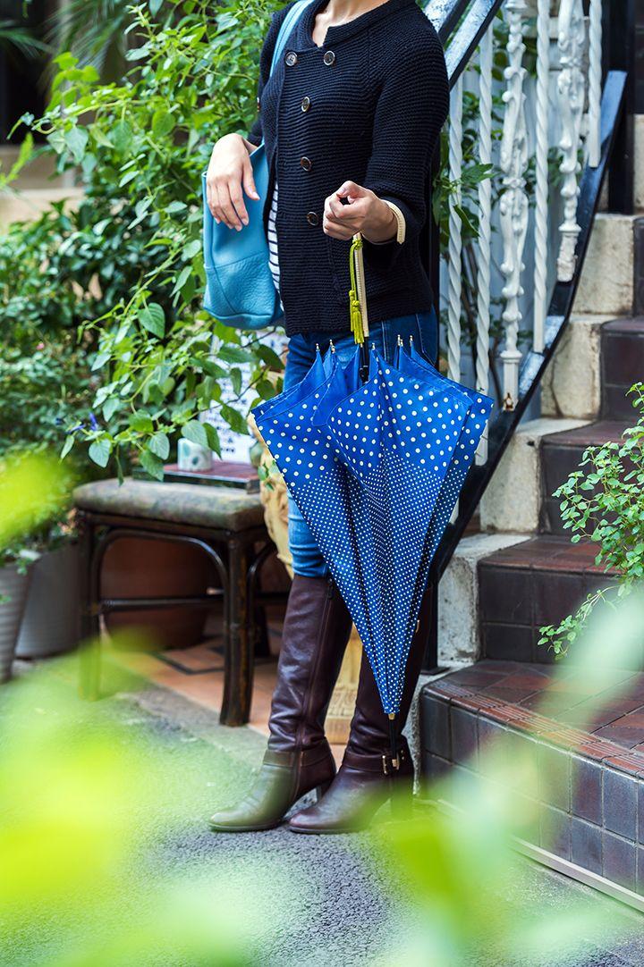 女性らしいエレガントなシルエットにドット柄を合わせたキュートな傘