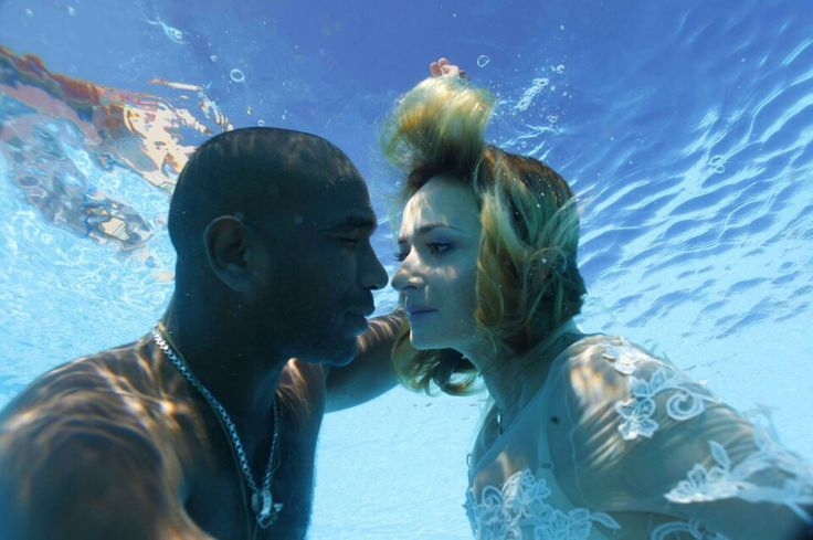 Uderwater kiss for Valentine's Day