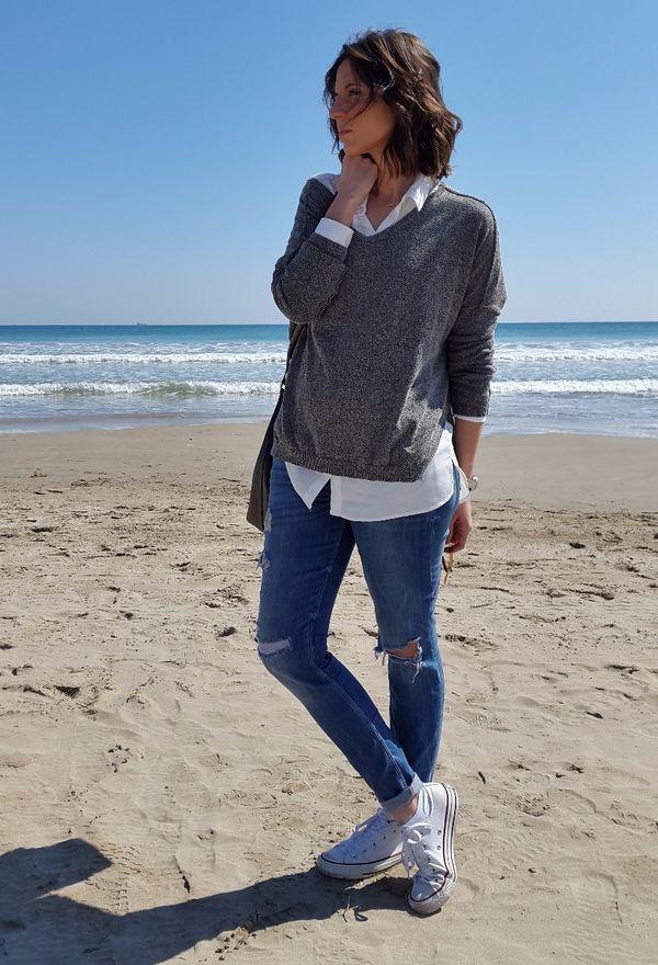 Fashion blogger española con look casual: zapatillas converse, jeans, jersey gris y camisa blanca