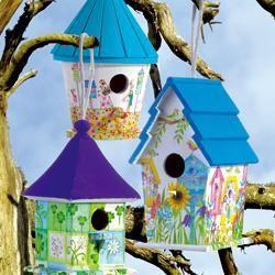 © Bunte Vogelhäuschen aus Holz mit Serviettentechnik