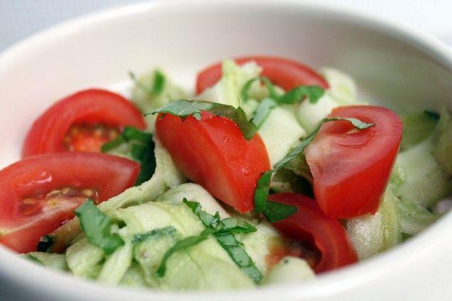 Courgette salat med avocado sovs
