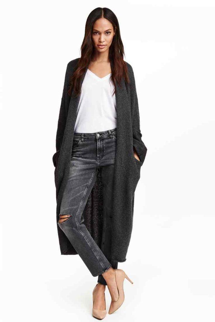 3499 Длинный кардиган: Длинная вязаная кофта из мягкой ткани с добавлением шерсти. Воротник-шалька и передние карманы. Заниженное плечо и длинный рукав.