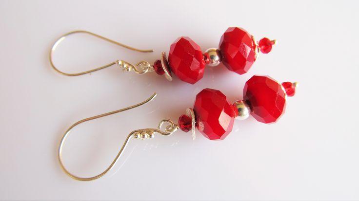 Oorbellen Oxblood Red mooie rode kristalglas rondellen met kleine rode facet kristalglas rondelletjes. geheel zilver.