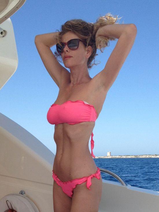Alessia Marcuzzi troppo magra in bikini. I fan la criticano su Facebook