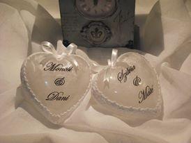 Esküvői pénzátadó szívek az ifjú pár nevével díszítve