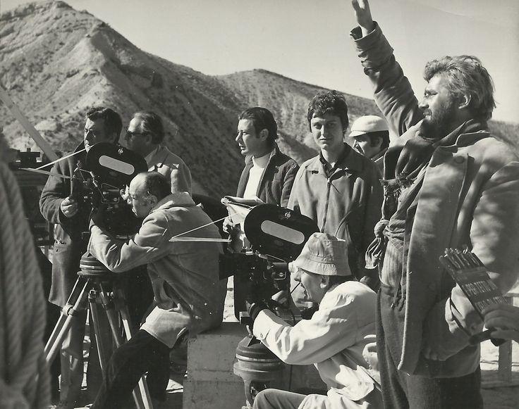 Mario Adorf sul set di …e per tetto un cielo di stelle (1968)