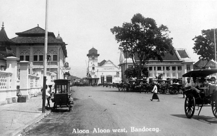 ile:COLLECTIE TROPENMUSEUM Aloon-aloon West Bandoeng TMnr 10014686.jpg