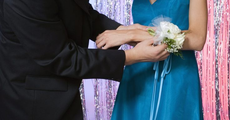 Cómo hacer una pulsera para el baile de graduación. Una pulsera es un ramillete floral que se coloca en la muñeca como un brazalete, por lo general en el brazo izquierdo. Las pulseras tienen un costo estándar en los bailes de graduación, bodas y otros eventos especiales y añaden un toque de elegancia a estas ocasiones. Al hacer una pulsera de fiesta, debes elegir cintas y flores que complementen la ...
