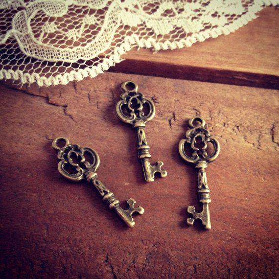 8 Pcs Skeleton Key Charms Antique Bronze Key Charm Victorian Key Charm Old Fashioned Key  Vintage Style Pendant Jewelry Supplies Q057
