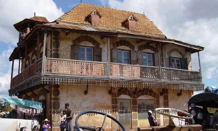 Un exemple d'une maison traditionnelle malgache que l'on peut rencontrer en empruntant la route nationale 7. © Antoine
