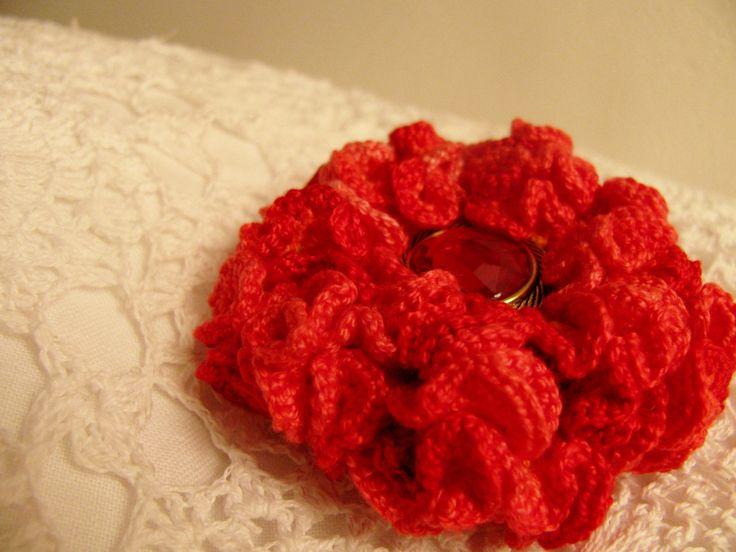 Pure Love - háčkovaný květ 3D (na objednávku) Květ uháčkovaný ze slabých bavlněných přízí. Oranžový základ,obháčkovaný nejdřív lososovou a poté červenou ombré přízí. Střed tvoří knoflíček. Květ můžete použít jako brož nebo k dekorování různých předmětů včetně přáníček... Průměr: cca 5,5 cm.