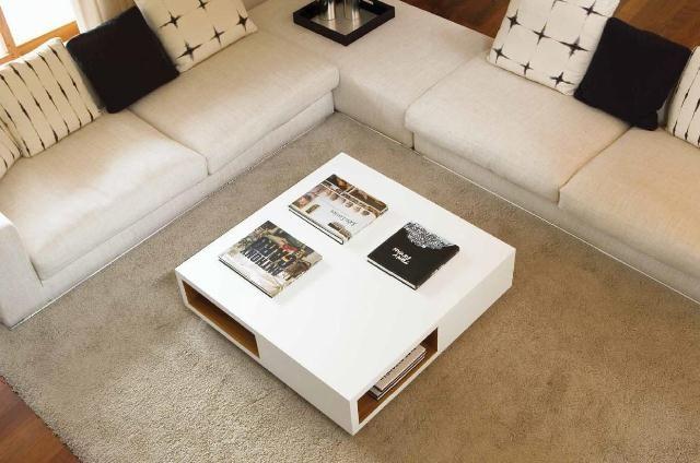 Mesa cuadrada en blanco