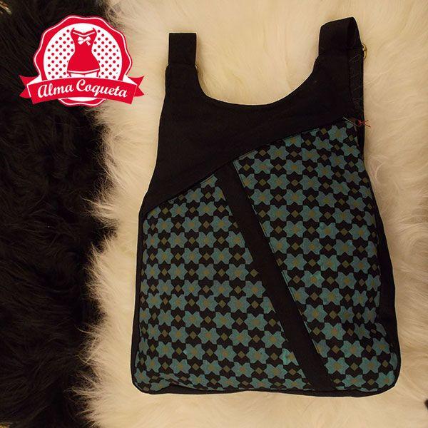 """Mochila de algodón estampada en negro y turquesa con dos cremallaeras cruzadas en el delantero, tanto en el interior como en la parte posterior trae otro bolsillo con cremallera. Súper cómoda tanto para usarla a diario como para que sea tu """"compañera"""" en los viajes o vistas turísticas #moda #mochila #negro #verde #estampado #geometrico  # #cremallera  #fashion #retro #almacoqueta #leonesp"""