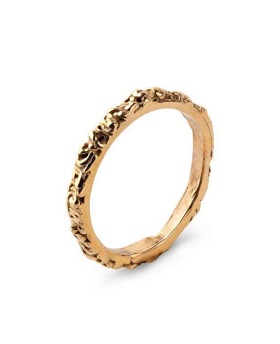 """En tunn ring i brons med strukturerad yta som ger en vacker lyster. Ringen är ca 2 mm bred. Insidan av ringen är stämplad med """"e.israelsson"""" och """"PS23. Med fördel kan du bära flera ringar tillsammans! FRI FRAKT"""