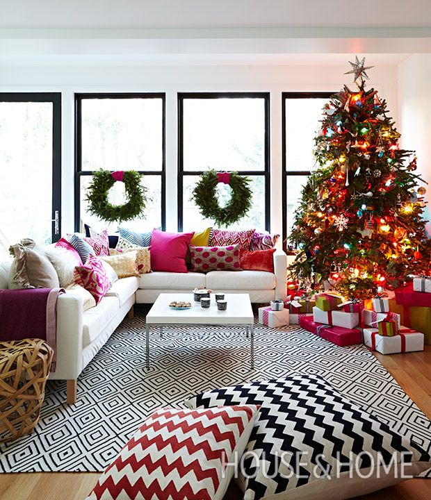 In designer Jennifer Worts' home, a cheerful holiday palette plays off the graphic throw pillows, playful garlands and glowing Christmas tree. | Photographer: Angus Fergusson