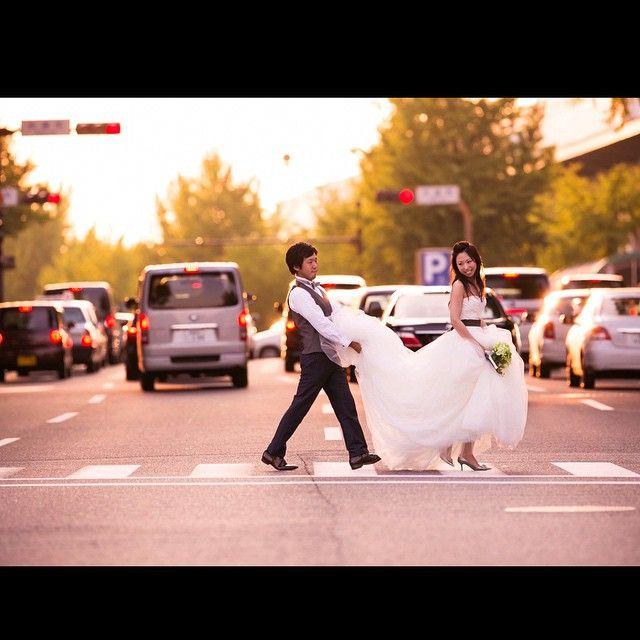 普段ショッピングやデートで歩く街中をウエディングドレスで歩くなんてとても特別ですね。 おふたりのリクエストで横断歩道を渡りました。 #前撮り #トランク #ナチュラル #ガーランド #フォトプロップス #ブーケ #ロケーションフォト #wedding #dress #love #pureartis #ピュアアーティス #花嫁 #プレ花嫁 #結婚準備 #キラキラ #ウエディングドレス #ドレス #verawang #thetreatdressing #ウエディング #ウエディングフォト #横断歩道 #夕日