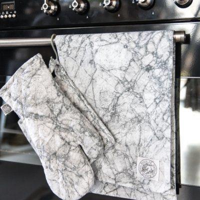 Snygg kökshandduk i det trendiga mönstert av gråvit marmor.