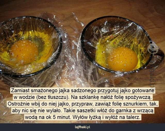 Jak zrobić jajko w koszulce? - Zamiast smażonego jajka sadzonego przygotuj jajko gotowane w wodzie (bez tłuszczu). Na szklankę nałóż folię spożywczą. Ostrożnie wbij do niej jajko, przypraw, zawiąż folię sznurkiem, tak, aby nic się nie wylało. Takie saszetki włóż do garnka z wrzącą wodą na ok 5 minut. Wyłów łyżką i wyłóż na talerz.